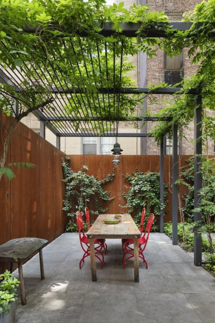 kleiner garten hinterhof gestaltung im modernen stil großer esstisch sichtschutz mit pflanzen ideen gartengestaltung