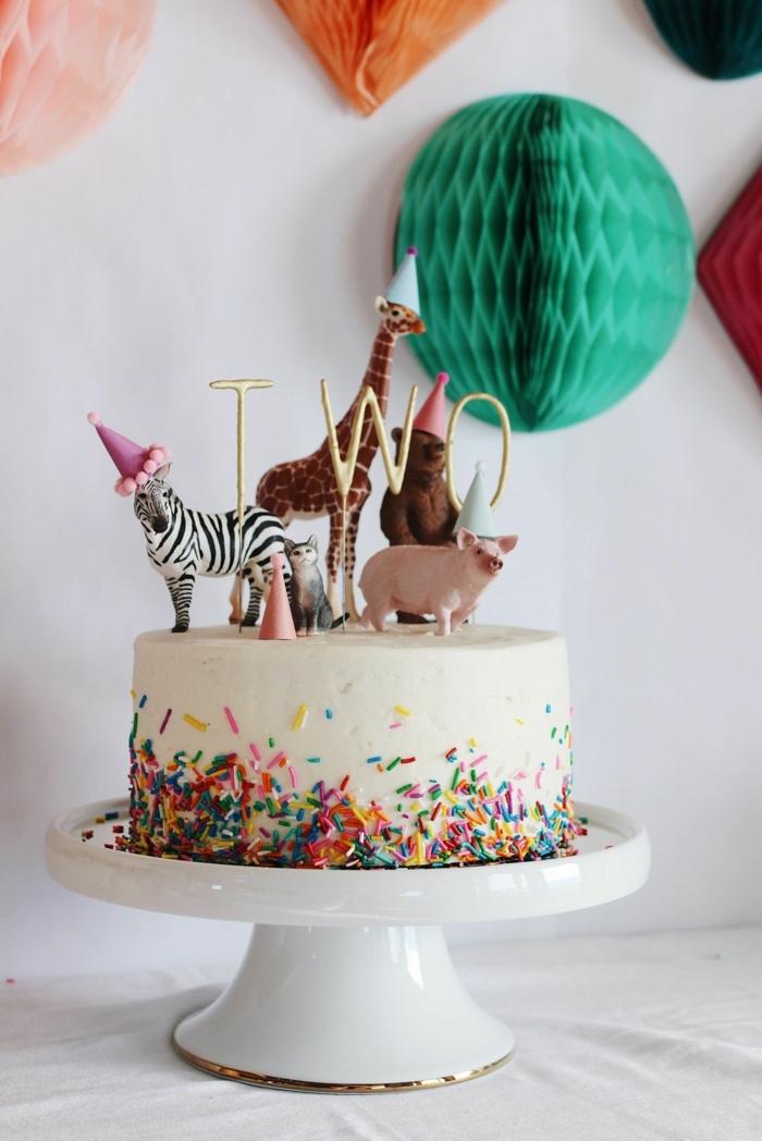 kreativ dekorierte torte mit tieren spielzeuge lustige kuchen kindergeburtstag vanille torte mit konfetti 2 geburtstag party
