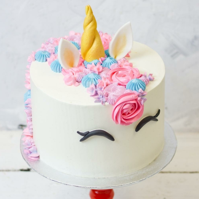 kuchen 1 geburtstag torte unicorn einhorn horn aus fondant mähne aus buttercreme