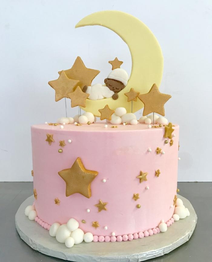 kuchen für kinder ideen kindergeburtstagskuchen für mädchen dekroiert mit rosa creme wolken und sternen