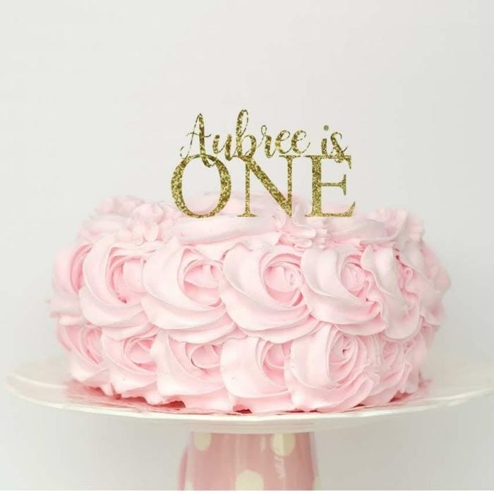 kuchen für kindergeburtstag erster geburtsatag torte rosa creme goldene buchstaben einfache tortendeko