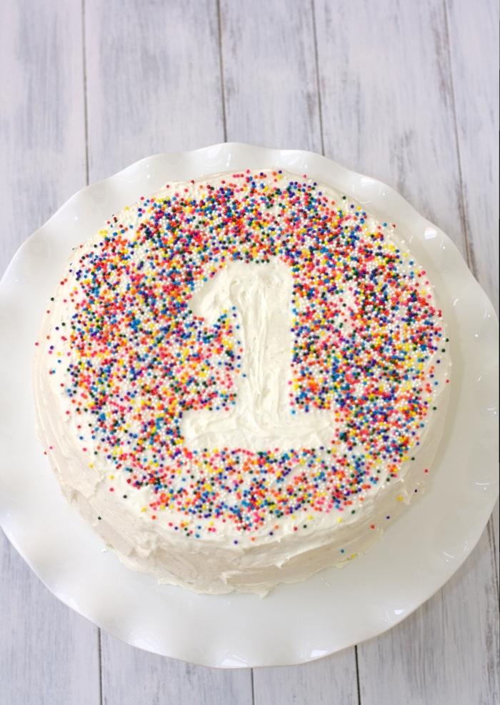 kuchen kindergeburtstag 1 jahr dekoriert mit konfetti klassische torte zum geburtstag leckere ideen