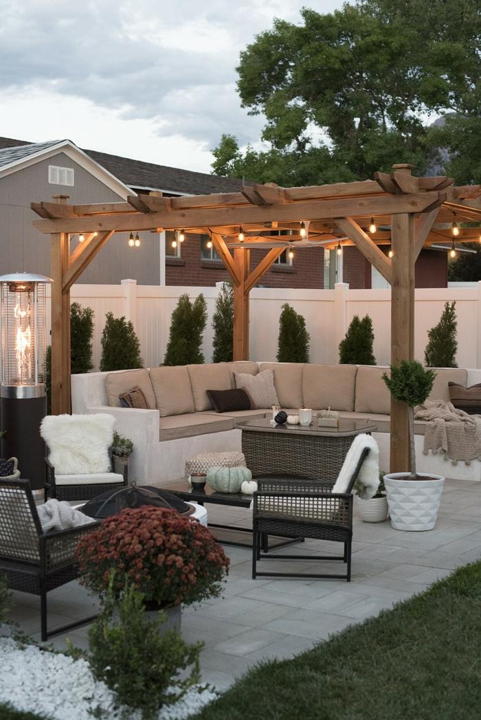 luxuriöse terrasse mit pergola und hängeleuchten moderne gartenmöbel gartengestaltung bilder inspiration