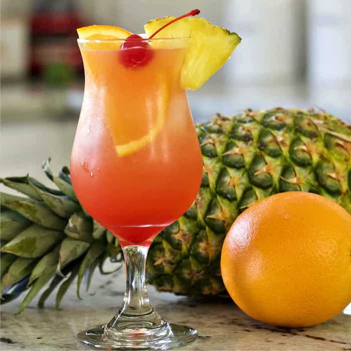 malibu beach cocktail rezepte ein glas mit orangensaft cocktail cherry ananas