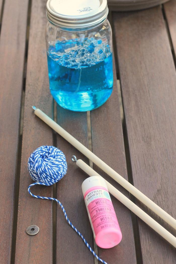 materialien für selbstgemachte seifenblasenstäbchen zwei essstäbchen aus holz eine schnur kleber und die blaue flüssigkeit
