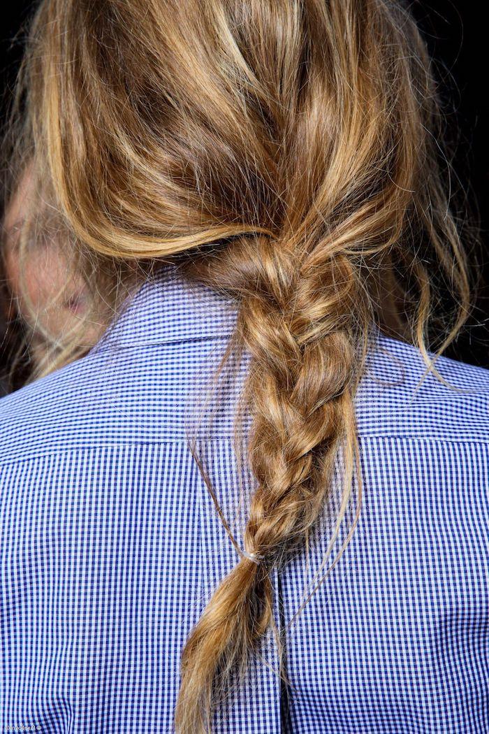 messy zopf fashion week frisuren inspiration blau weißes hemd braune haare strähnchen blond haarfarbe inspiration