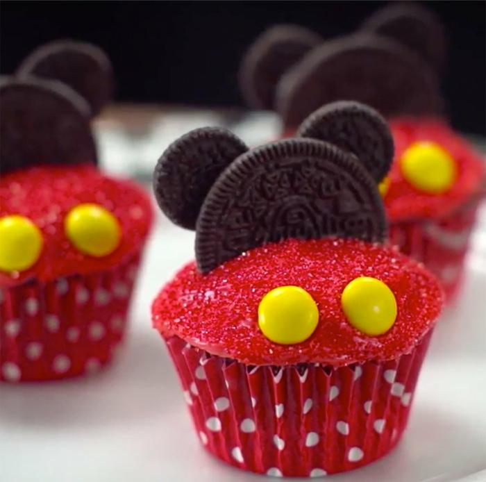 mickey mouse cupcakes rote muffins mit oreo kekse geburtstagskuchen kinder lustige muffins für kindergeburtstag