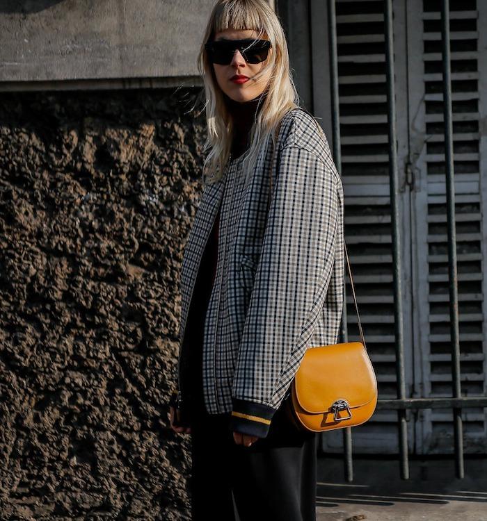 mini tasche braun gelb karierte jacke lässiges outfit pony frisuren 2020 schwarze sonnenbrillen street style