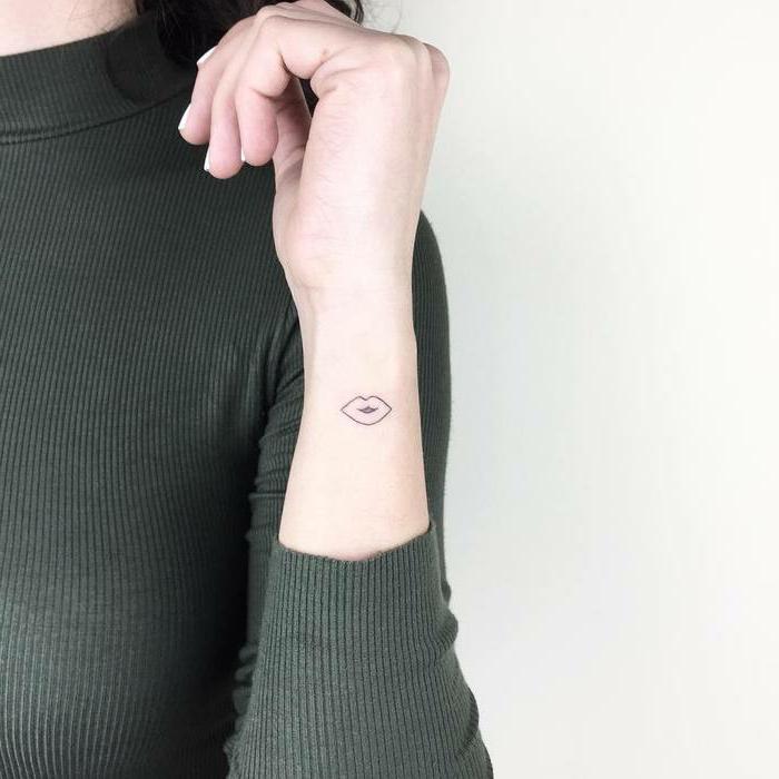 minimalistische tattoos von lippen frau im grünen pullover minimalistisce tattoos ideen und inspiration