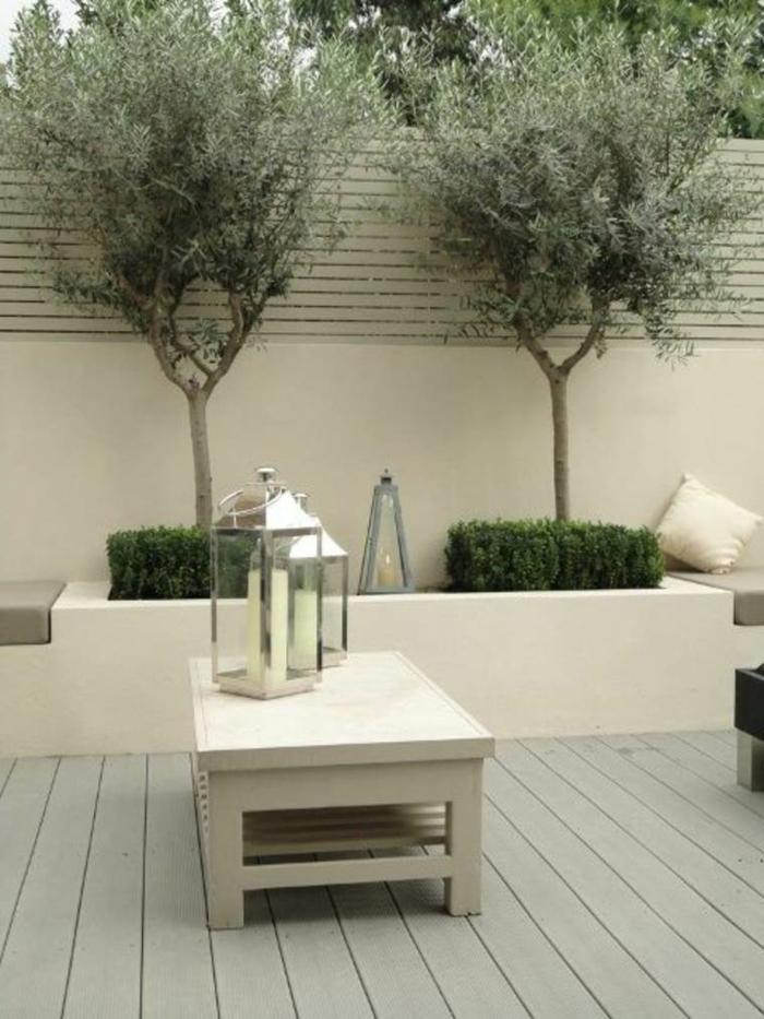 minimalistisches design garten gestalten inspiration und ideen kleiner weißer tisch zwei olivenbäume