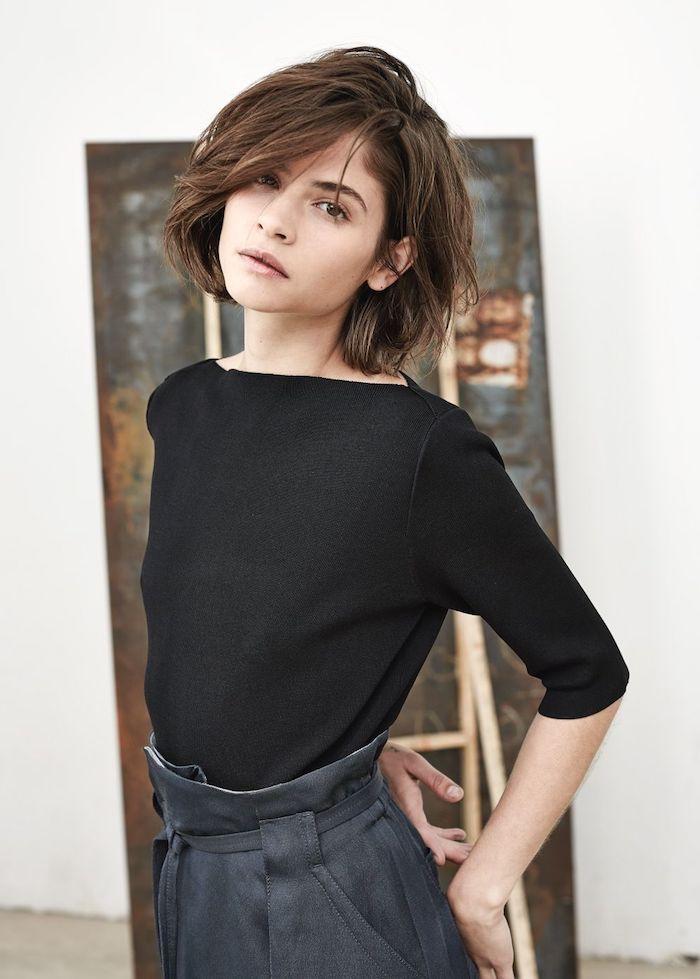 minimalistisches styling monochromes outfit in schwarz kurzhaarfrisuren 2020 damen frau braune haare mit seitenpony frisuren kurze haare