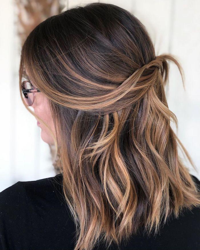 mittellange haare damen frisuren haarfarbe inspiration braune haare mit blonden strähnen dme mit brillen karamell strähnen