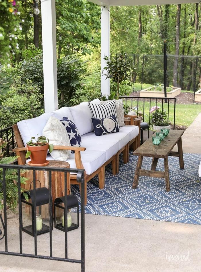 moderne dekoration inpsiration blauer teppich sofa mit weißen kissen ideen für den garten