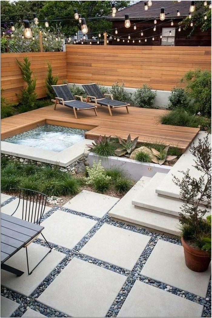 moderne design ideen für gärten kleine hängeleuchten garten mit jacuzzi zwei schwarze liegen gartengestaltung ideen bilder