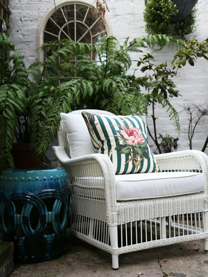 moderne gartengestaltung und gartenmöbel weißer vintage sessel mit buntem kissen schöne möbel für den garten