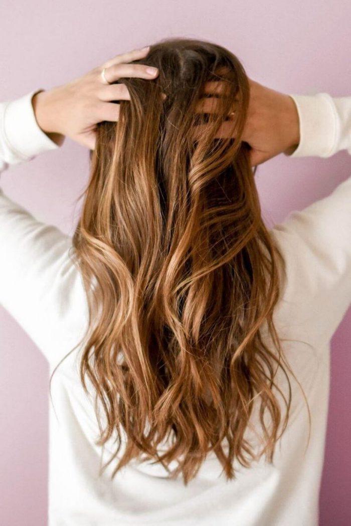 moderne haarfarben ideen rotblonde highlight braune haare weißes sweatshirt beauty inspiration