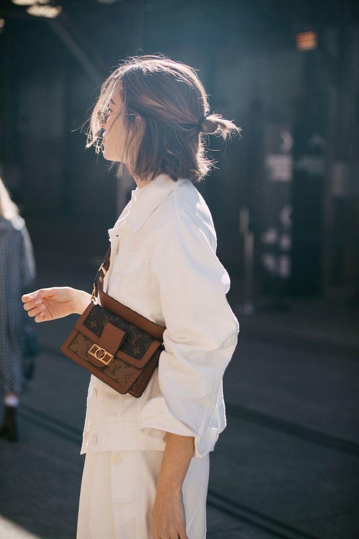 monochromes weißes outfit braune tasche halb hoch halb unten frisur trenfrisuren 2020 damen street style ideen