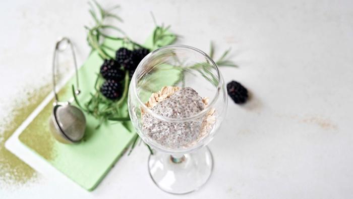 nachtisch im glas chia pudding mit kokosmilch vanille und himbeeren