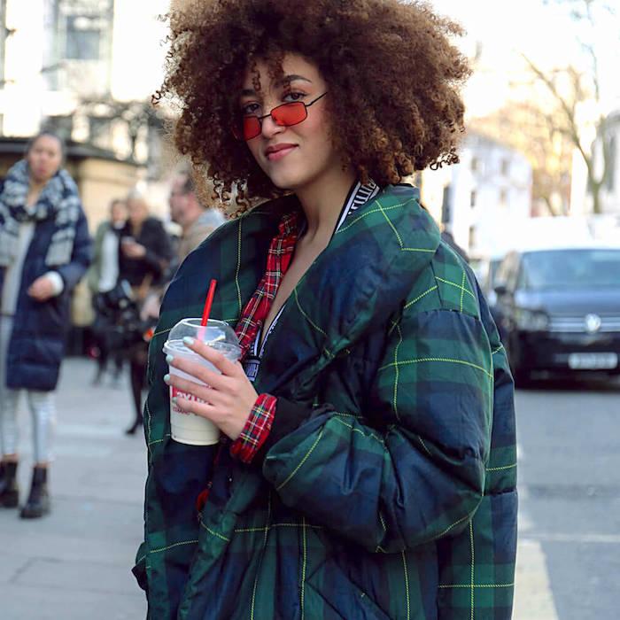 natürliche lockige haare oversized grüne jacke rote sonnenbrillen kurzhaarfrisuren 2020 frisurentrends