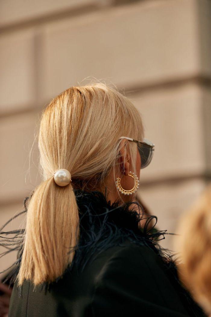 niedriges pony frisur haarband mit großer perle goldenen runde ohrringe schwarzer mantel frisuren mittellanges haar elegantes outfit