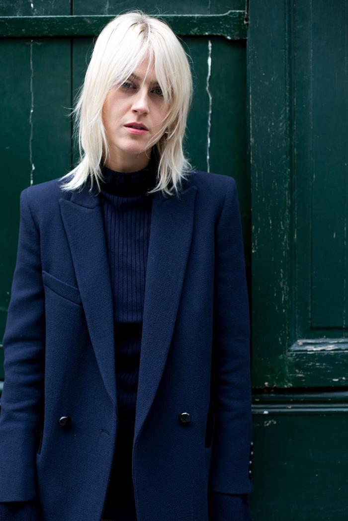 paris street style monochromes blaues outfit platin blonde haare shag schnitt mit pony kurzhaarfrisuren frauen frech