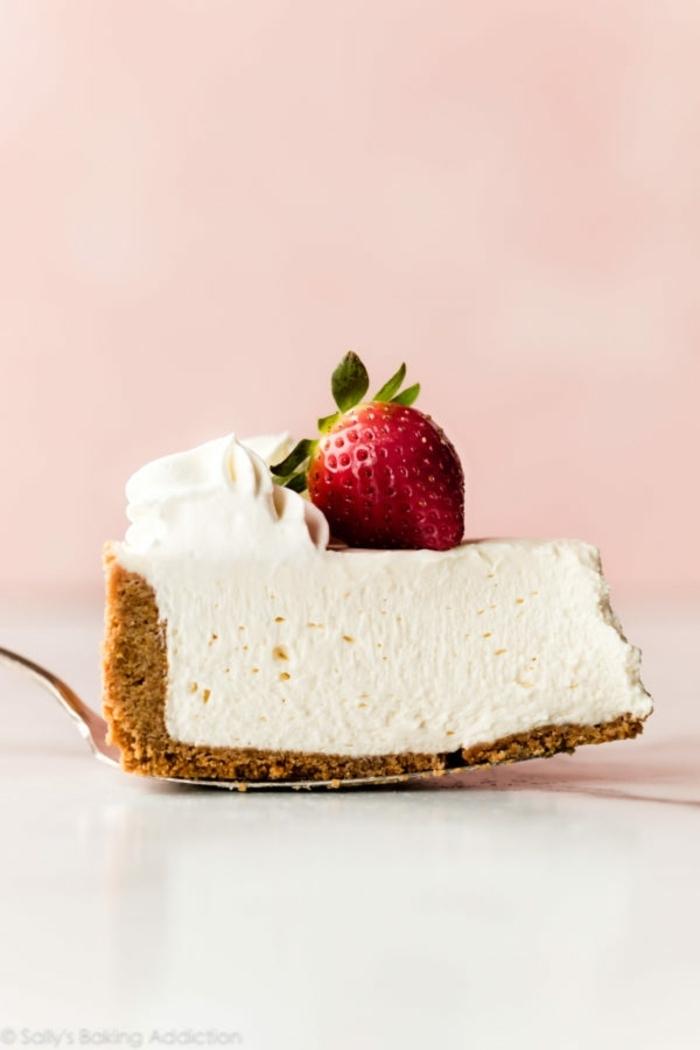 party essen ideen kassisches rezept für cheesecake garniert mit erdbeeren und sahne nachtisch ohne backen