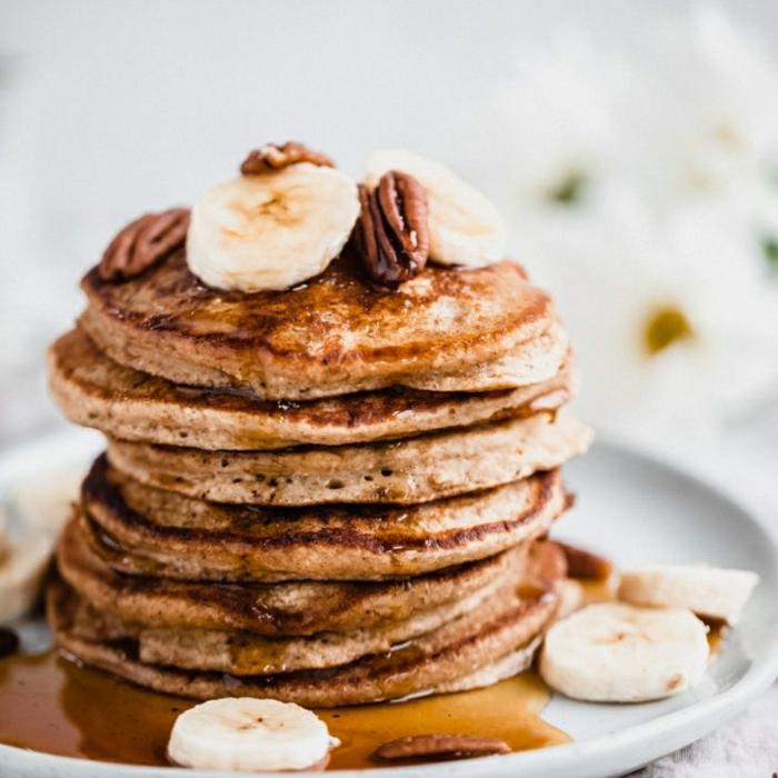 pfannkuchen rezept süß amerikanisches frühstück mit bananen pekannüssen und honig