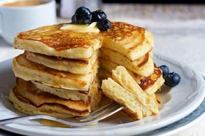 pfannkuchen rezept süß amerikanisches rezept klassisches frühstück garniert mit früchten und honig blaubeeren