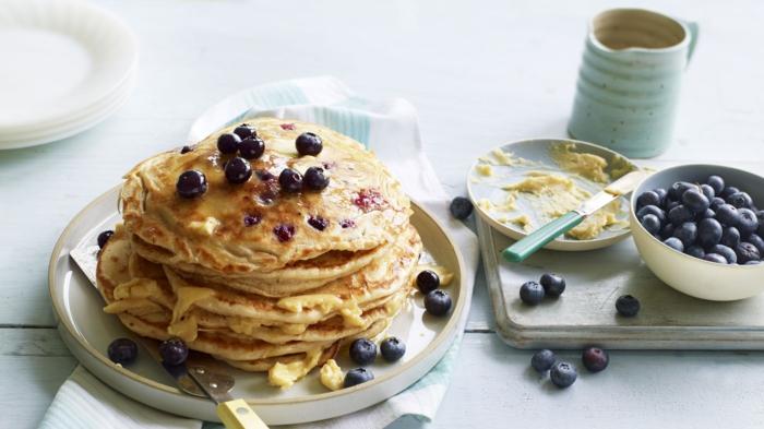 pfannkuchen rezept süß frühstücksideen brunch rezepte brunchideen butter blaubeeren kaffee