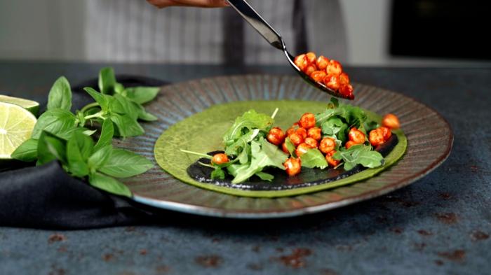 pfannkuchen selber machen grüne halloween pancakes mit kichererbsen tahini und rukola
