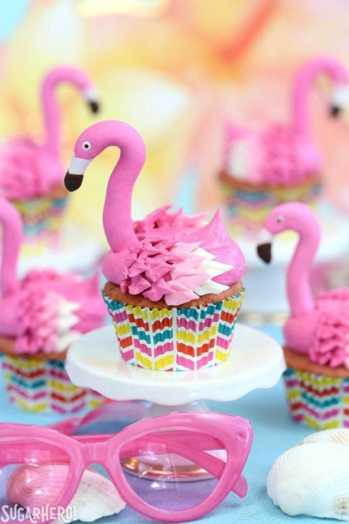 pinke flamingos dekoration cupcakes inspiration muffins verzieren originell pinke sonnenbrillen