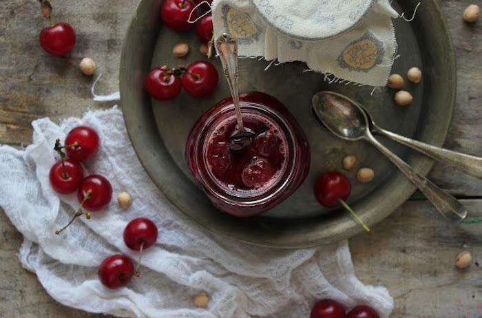 rezept für kirschen einkochen mit und ohne zucker löffen und glas mit kirschen entfernen