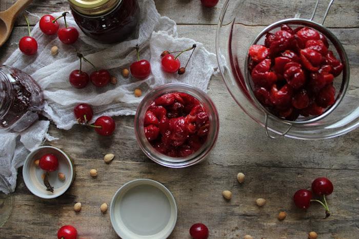 rezept für kirschen einkochen ohne zucker ein glas mit roten kirschen kirschen entkernen anleitung