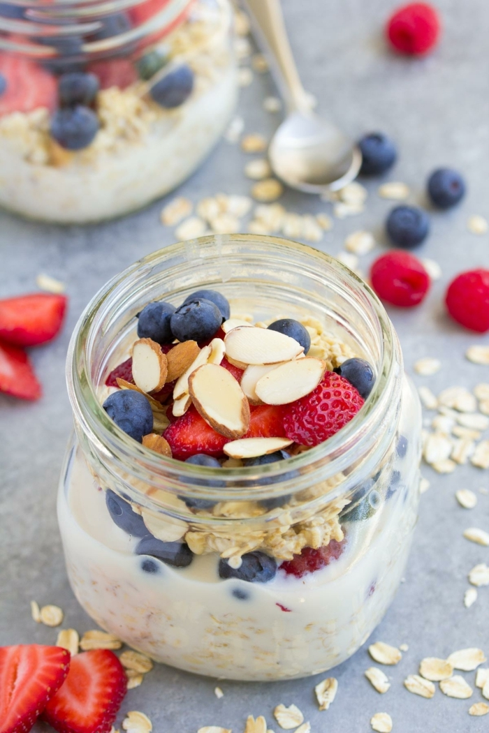 rezepte zum vorbereiten einen tag vorher overnight oats gesundes frühstück haferflocken mit madeln und beeren