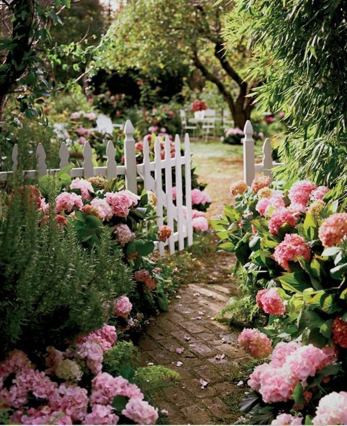 romantische außeneinrichtung garten neu gestalten mit schönen pinken blumen und grünen pflanzen gartengestaltung modern