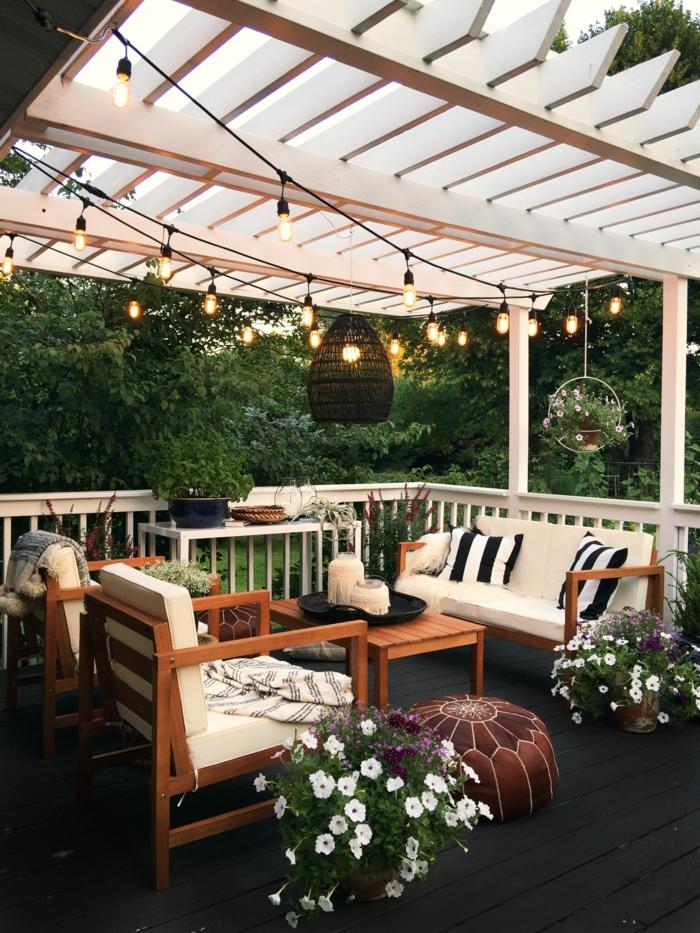 romantische einrichtun pergola mit leuchten moderne gartenmöbel aus holz mit weißen kissen ideen gartengestaltung