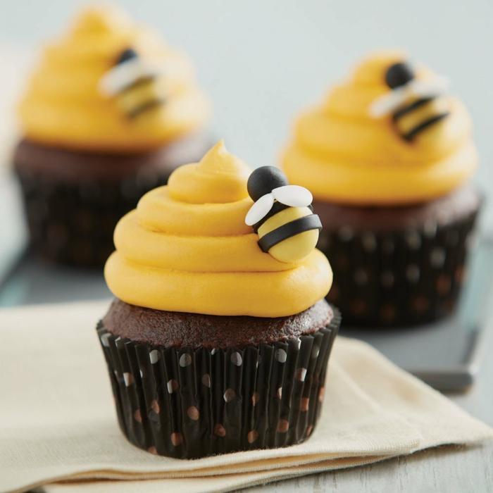 süße und leichte bienen cupcakes mit schokolade muffins kindergarten für geburtstagsfeier rezepte zum backen