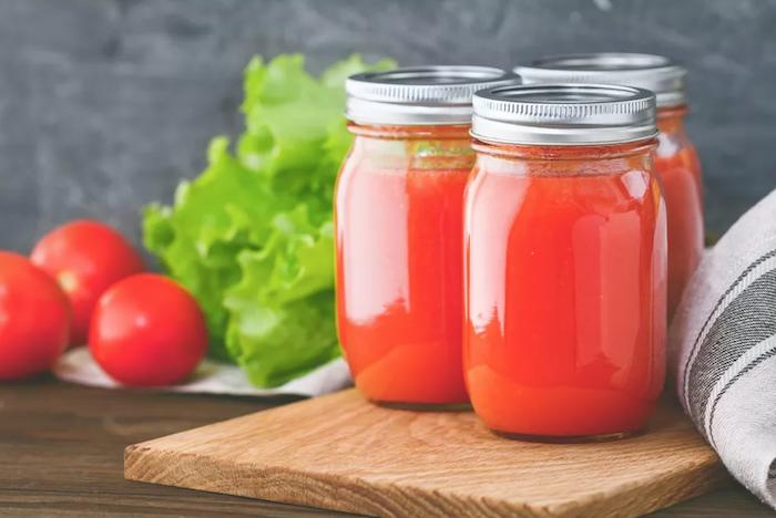 salat wie kann man tomaten einkochen rezepte ein tisch aus holz und kleine rote tomaten einkochen gläser mit tomatensoße