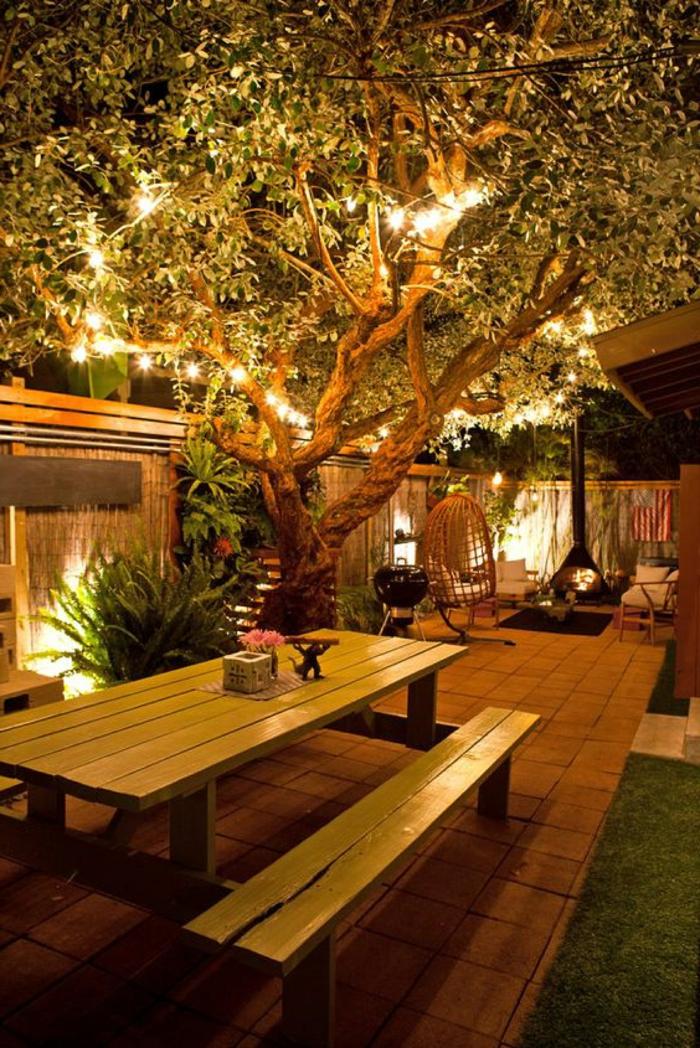 schöne gärten bilder picknickbanck hinterhof beleuchtung ideen großer baum mit hängeleuchten große schauckel