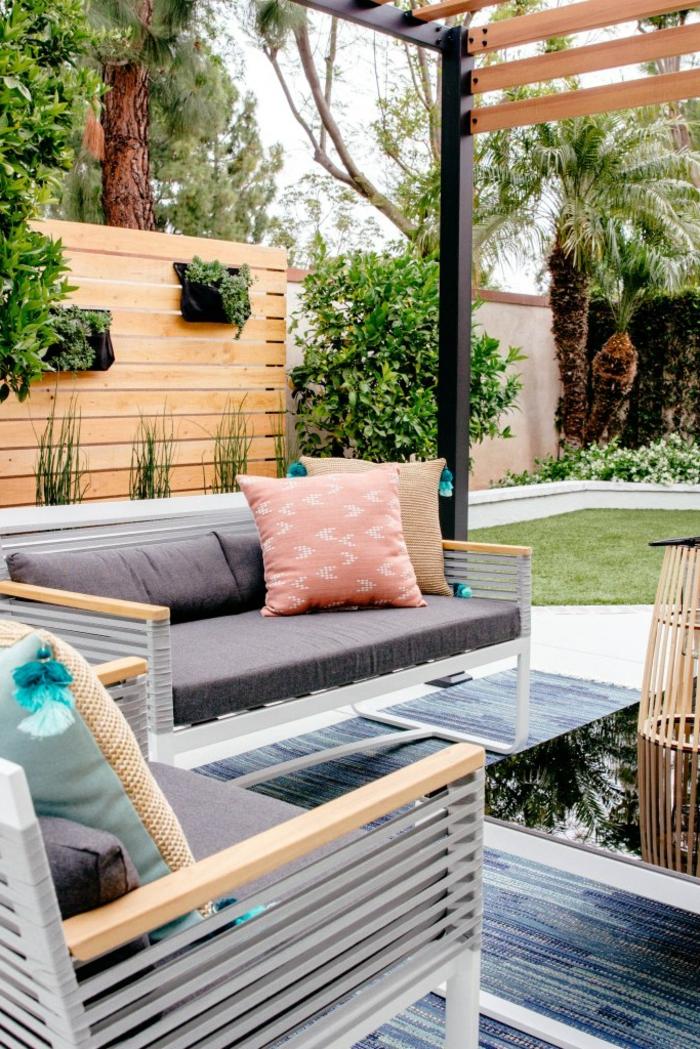 schöne ideen für den garten außeneinrichtung graue sofas und bunte kissen kleiner glastisch garten sichtschutz beispiele