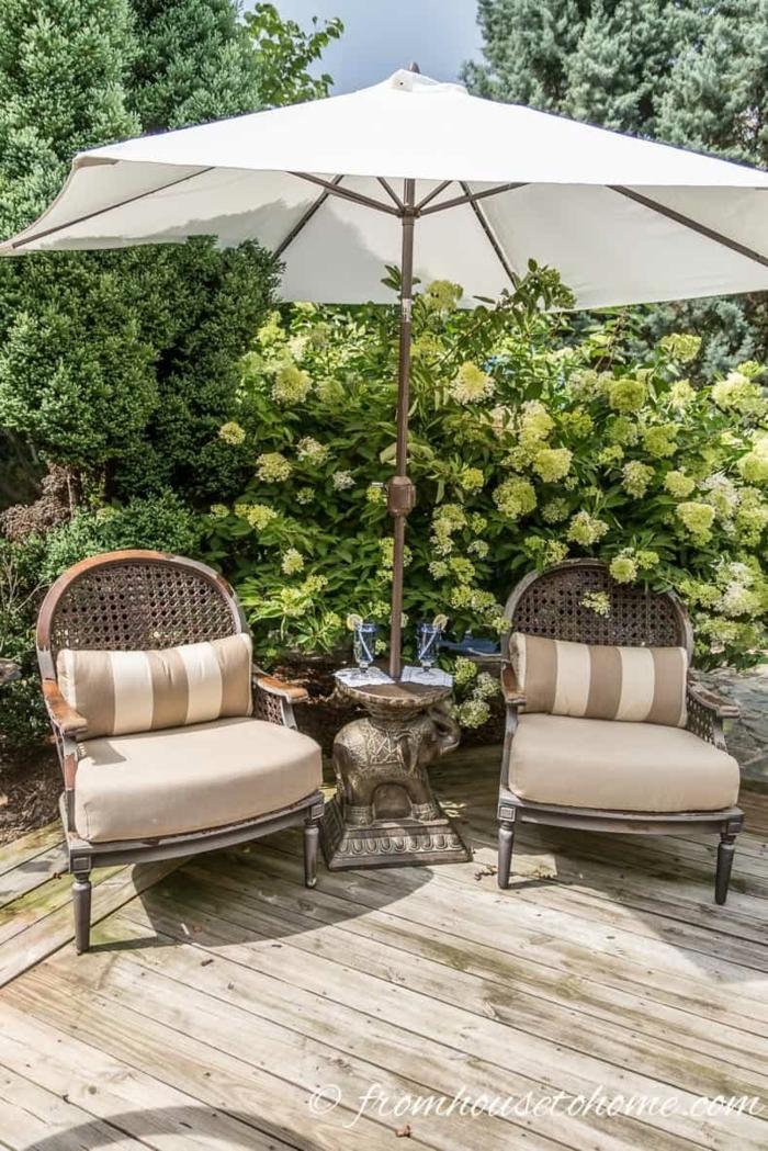 schöne vintage gartenmöbel weißer sonnenschirm gartengestaltung beispiele und bilder dekoration mit blumen