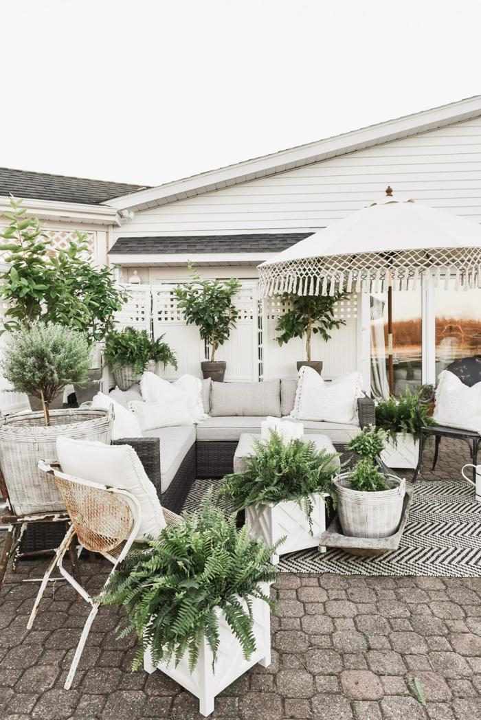 schicker und moderner garten mit weißen gartenmöbeln gartengestaltung bilder deko mit pflanzen