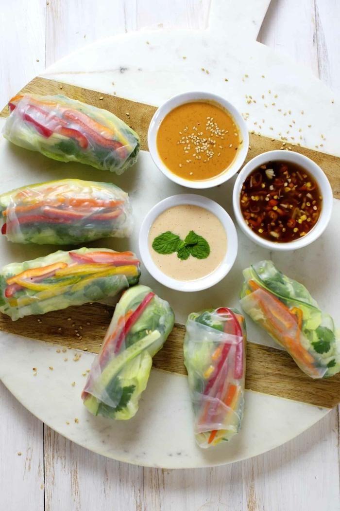 schnelle gerichte für gäste frühlingsrollen mit gemüse garniert mit leckere soßen party essen häppchen fingerfood ideen