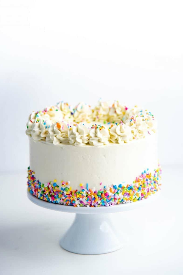 schnelle kuchen für kindergeburtstag leckere vanilletorte mit weißer creme und bunten streuseln