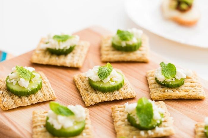 schnelle vegetarische rezepte für jeden tag fingerfood ideen crackers mit gurken und käse