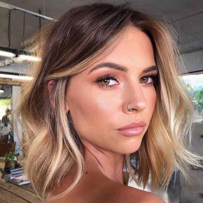 schönes make up kurzhaarfrisuren damen haarfarbe inspiration braune haare strähnchen blond frau mit nasepiercing