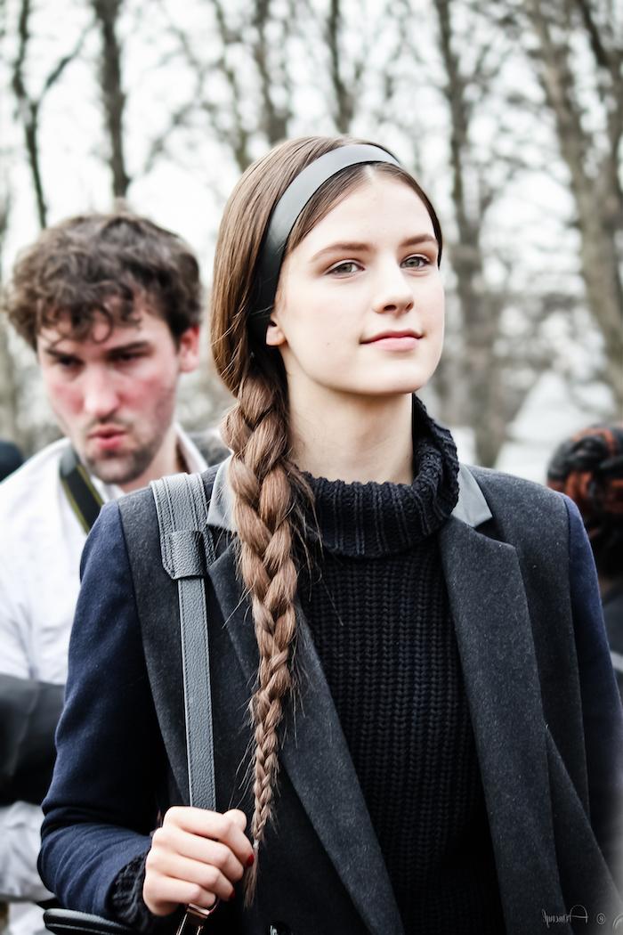 schwarzer mantel und rollkragen pullover schwarzes haarband monochromes outfit trendfrisuren 2020 damen zöpfe