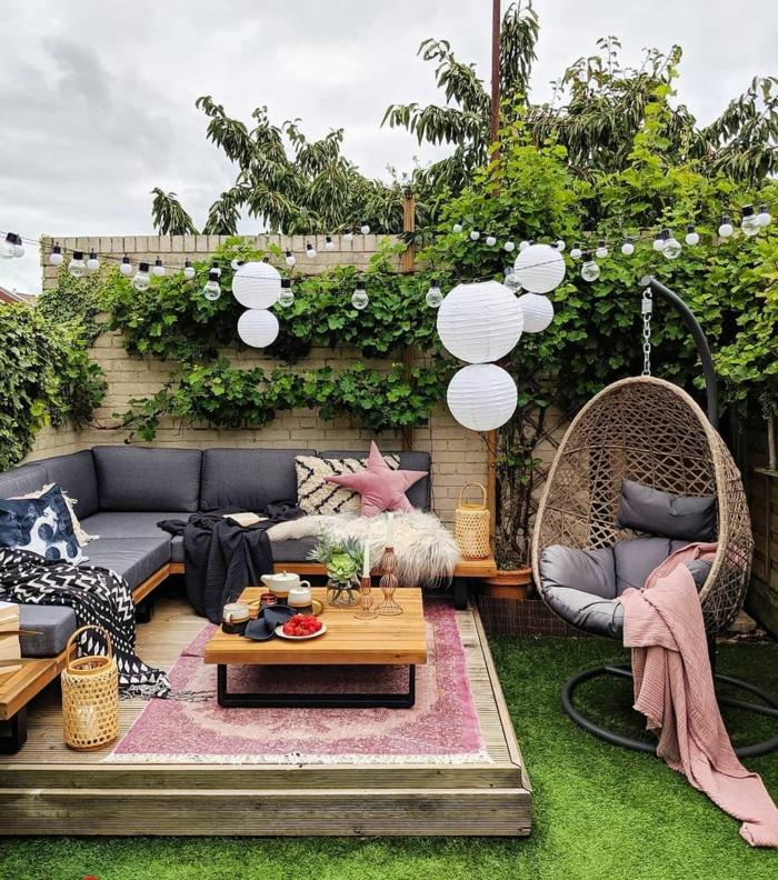 sehr moderne gartengestaltung außeneinrichtung im bohemischen stil blaues sofa große schaukel