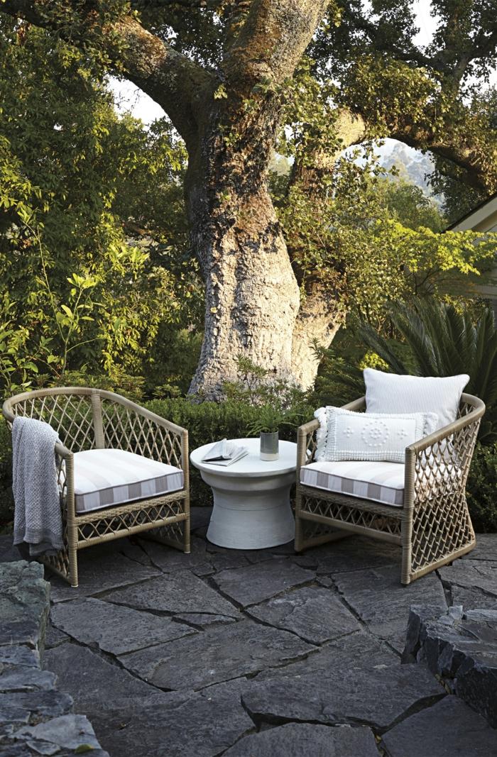 sitzbereich mit zwei sesseln kleiner runder tisch gartengestaltung bilder modern außeneinrichtung inspiration