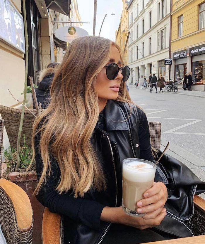 smart casual dresscode für damen outfit mit schwarzer lederjacke und sonnenbrillen frisuren für langes haar blonde strähnchen auf braune haare